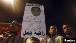 Những người biểu tình hô khẩu hiệu phản đối công tố viên trưởng Abdel Maguid Mahmoud tại Quảng trường Tahrir ở Cairo hôm 11/10/12