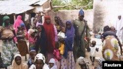 尼日利亚陆军一名士兵在尤拉镇和一些妇孺人质交谈。这些人质4月29日被军方从博科圣地手中解救出来。尼日利亚军方还救出另外一批被博科圣地绑架的妇女与儿童。