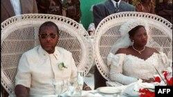 Charles Taylor, seigneur de guerre, et Jewel Howard, Gbargna, le 26 juillet 1996.