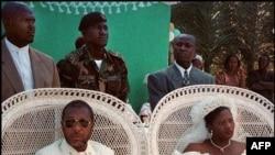 Jewel Howard Taylor et son mari Charles Taylor pour leur mariage, au Liberia, le 26 juillet 1996.