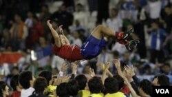 Pemain Korea Selatan Lee Young Pyo merayakan kemenangan setelah timnya meraih juara tiga turnamen Piala Asia dengan mengandaskan Uzbekistan di Stadion Al-Sadd hari Jumat (28/1).