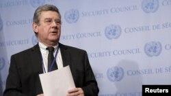 유엔 안보리 의장국인 우루과이의 엘비로 로셀리 대사가 뉴욕 유엔본부에서 북한에 대한 안보리 회의 후 기자들에게 회의에서 논의한 내용을 설명하고 있다.