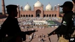 Polisi menjaga Masjid Badshahi di Lahore, Pakistan, tempat berlangsungnya shalat Idul Adha. (Foto: Dok)