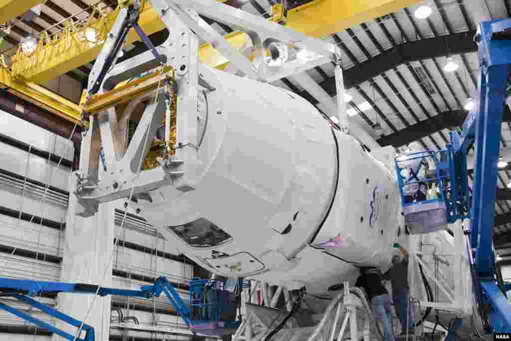 Des techniciens de SpaceX inspectant une capsule Dragon spacecraft lors de son installation sur une fusée Falcon 9, le 30 septembre 2012 (NASA/Ben Smegelsky)