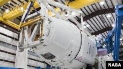 Tehničari Spejs Eks pregledaju svemirsku letelicu Dragon