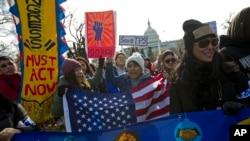 Foto (Achiv): Manifestan ki t ap pwoteste nan yon defile pwo-imigran pou pote yon apui piblik pou pwogram DACA a akTPS la devan Kongrè ameriken an nan Washington, DC.