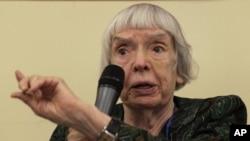 Aktivis HAM Rusia, Lyudmila Alexeyeva saat memberikan keterangan di Moskow (foto: dok).