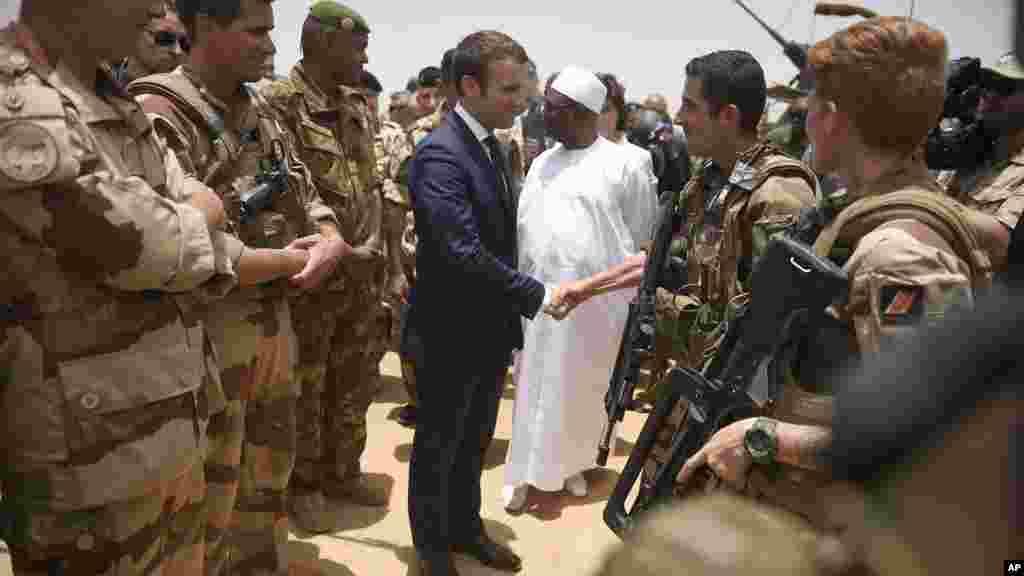 Le président français, Emmanuel Macron, rend visite aux soldats français à Gao, dans le nord du Mali, le 19 mai 2017.