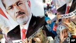 19일 이집트 카이로에서, 무르시 전 대통령의 지지자들이 시위를 하고있다. (자료사진)
