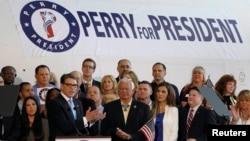 El ex gobernador de Texas, Rick Perry anunció oficialmente su candidatura para la nominación republicana rumbo a la Casa Blanca en un evento en Addison, Texas.