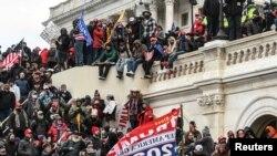 "Pristalice predsednika Donalda Trampa na zapadnom ulazu u Kapitol, 6. januara 2021. za vreme protesta ""Zaustavite krađu"""