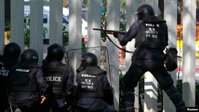 Riot policemen fire rubber bullets during clashes with anti-government protesters at the Thai-Japan youth stadium in central Bangkok, Dec. 26, 2013.