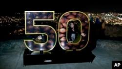 Erika Moya, kiri dan Ashley King, berpose di dekorasi Super Bowl 50 di sebuah taman yang menghadap ke San Francisco, Rabu, 3 Februari 2016. Denver Broncos akan berhadapan dengan Carolina Panthers di pertandingan football NFL Super Bowl 50, Minggu, 7 Februari 2015, di Santa Clara.