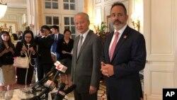 매트 베빈 켄터키 주지사와 추이톈카이 미국 중국대사가 지난해 8월 미국 켄터키주 프랭크퍼트에 위치한 베빈 주지사 저택에서 기자회견을 열었다. (자료사진)