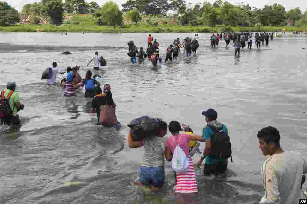 مهاجران السالوادوری در میان هزاران مهاجر که همراه با کاروانی، از آمریکای جنوبی به مرزهای جنوبی آمریکا نزدیک می شوند.