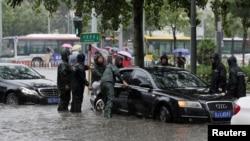 北京朝阳路十里铺的一辆汽车被洪水淹没(2016年7月20日)