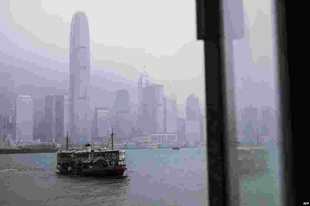 نمایی از بندر ویکتوریا زیر آسمان بارانی هنگ کنگ