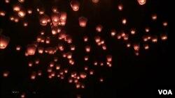 天灯带着施放者的心愿升起(2016年2月22日,美国之音萧洵拍摄)