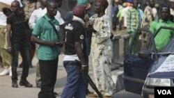 Polisi Lagos, Nigeria melakukan razia di jalanan saat warga menyampaikan kegeramannya terhadap kelompok Boko Haram atas serangkaian aksi bom dan pembunuhan (foto: dok).