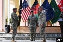 Генерал Кеннет Маккензі отримує прапор місії США в Афганістані від генерала Скотта Міллі