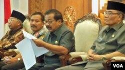 Gubernur Jatim Soekarwo (kedua dari kanan) membacakan SK yang melarang aktivitas jemaah Ahmadiyah, Selasa (1/3).