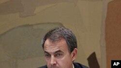 នាយករដ្ឋមន្រ្តីអេស្ប៉ាញ លោក ចូស ល្វីស រ៉ដ់រិជហ្គេស ហ្សាប៉ាតេរ៉ូ (Jose Luis Rodriguez Zapatero)នៅក្នុងកិច្ចប្រជុំពិភាក្សាអំពីសន្តិសុខក្រោយពីការសម្លាប់អូសាម៉ា ប៊ិនឡាដិន (Osama Bin Laden) នៅវិមានមុនក្លូអា (Moncloa) ក្នុងទីក្រុងម៉ាឌ្រិដ (Ma