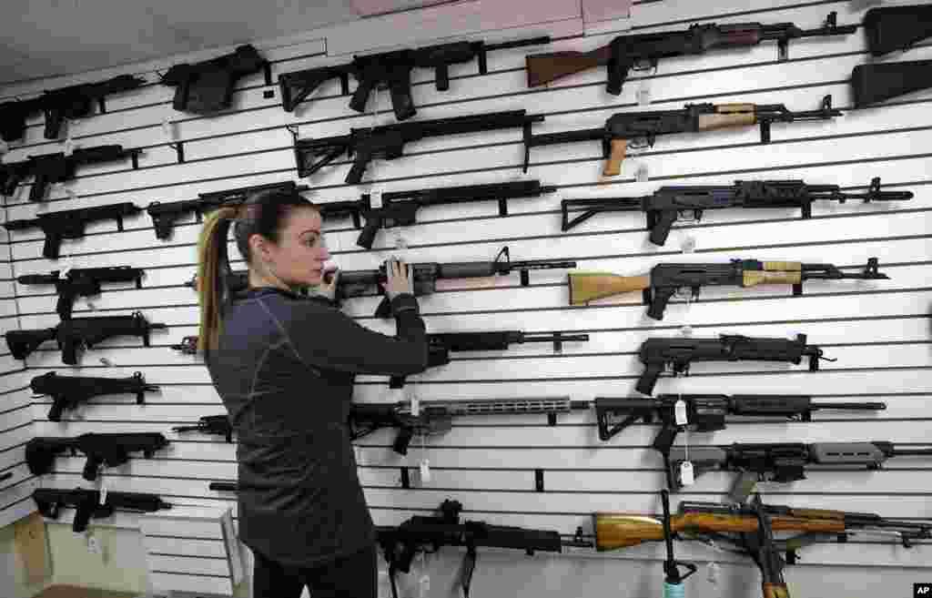 Tiffany Teasdale-Causer, propriétaire d'un magasin de vente d'armes semi-automatiques à Lynnwood dans l'Etat de Washington, le 7 novembre 2017.