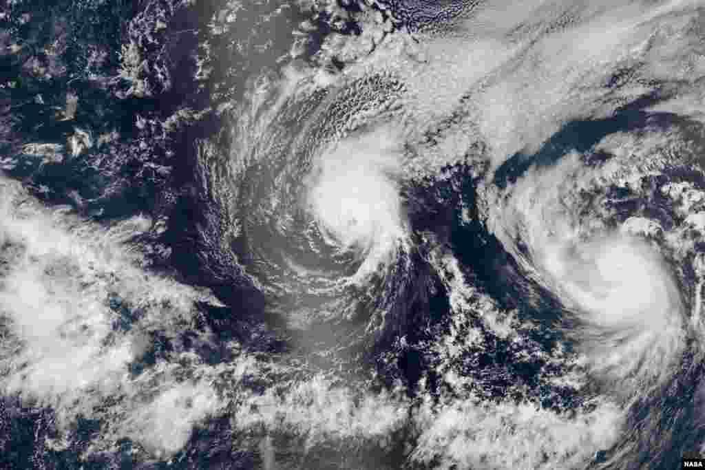 Foto satelit menunjukkan dua badai Iselle dan Julio sedang menuju kepulauan Hawaii, AS.