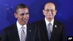 작년 11월 인도네시아에서 동아시아 정상회의에 참가한 바락 오바마 미국 대통령(왼쪽)과 테인 세인 버마 대통령. (자료사진)