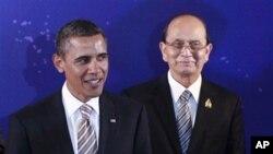 លោកប្រធានាធិបតី ថេន សេន (Thein Sein) (ស្តាំ)
