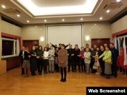 """中国人权人士在欧盟人权日活动上高呼""""全璋回家""""。(李文足社媒图片)"""