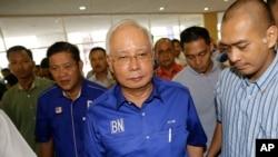 រដ្ឋមន្រ្តីម៉ាឡេស៊ីដែលបានចាញ់ឆ្នោតលោក Najib Razak កំពុងដើរចូលក្នុងសន្និសីទសារព័ត៌មានក្នុងទីក្រុង Kuala Lumpur ប្រទេសម៉ាឡេស៊ីកាលពីថ្ងៃព្រហស្បតិ៍ទី១០ ខែ ឧសភា ឆ្នាំ ២០១៨។