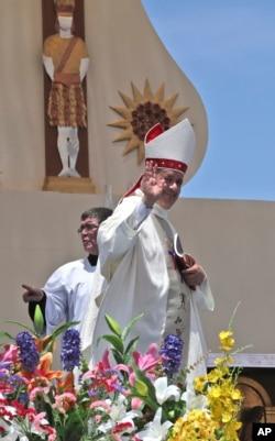 El obispo de Osornos, Chile, Juan Barros, sonríe al dejar el altar luego de la misa celebrada por el papa Francisco en Playa Lobito, Iquique. Enero 18 de 2018.