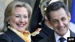 Президент Саркозі вітає Гілларі Клінтон, яка прибула на наради до Парижа