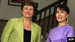 Ủy viên châu Âu đặc trách hợp tác quốc tế và viện trợ nhân đạo Kristalina Georgieva, trái, gặp khôi nguyên giải Nobel hòa bình Aung San Suu Kyi, 10/9/2011