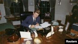 Džon F. Kenedi potpisuje dokumenta u Beloj kući, 23. oktobra 1962.