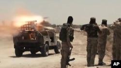 Pasukan keamanan Irak dan milisi Syiah meluncurkan roket ke arah militan Negara Islam (ISIS) dekat Fallujah, Iraq (7/7).