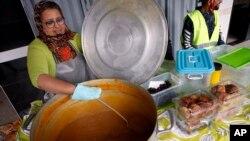 Seorang perempuan menyiapkan kotak iftar berisi makanan untuk berbuka puasa khas Maroko (foto: dok).