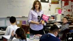 La Casa Blanca calcula que las rebajas al presupuesto federal ponen en riesgo el empleo de 10 mil maestros y auxiliares.