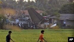Pesawat latih Fokker 27 milik TNI Angkatan Udara, jatuh menimpa pemukiman di sekitar Pangkalan TNI AU Halim Perdanakusuma Jakarta, Kamis (21/6).