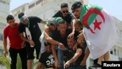 Un manifestant a tenté de s'immoler par le feu pour protester contre l'élite dirigeante à Alger le 12 juillet 2019.