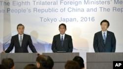 24일 일본 도쿄 외무성에서 열린 한중일 외교장관 공동 기자회견에서 왕이 중국 외교부장(왼쪽부터), 기시다 후미오 일본 외무상, 윤병세 한국 외교장관이 기자들의 질문에 답변하고 있다.