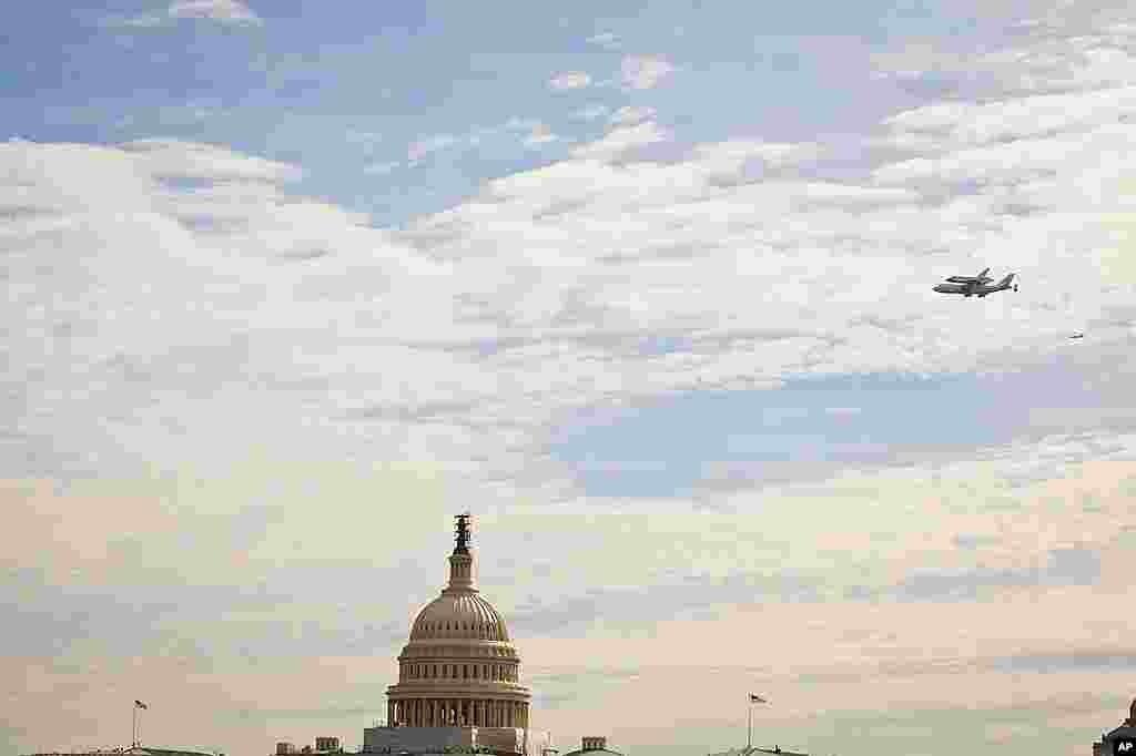 Phi thuyền con thoi Discovery được một máy bay phản lực 747 cõng trên lưng bay ngang qua trụ sở Quốc Hội ở thủ đô Washington ngày 17 tháng Tư năm 2012 (Hinh: A.Klein - VOA)