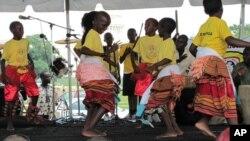 Watoto wa shule Uganda wakicheza ngoma.