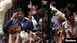 Mantan Presiden Pakistan Pervez Musharraf (kiri) memberikan salut kepada para pendukungnya saat meninggalkan Pengadilan Tinggi Sindh di Karachi (29/3).