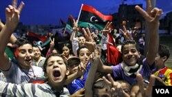 Anak-anak Libya merayakan kebebasan di distrik Souk el-Juma, Tripoli, setelah berita tewasnya Gaddafi (21/10).