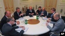 စြမ္းအင္အႀကီးအကဲ Guenter Oettinger (ဝဲ-တတိယ) နဲ႔ ယူကရိန္း ဝန္ႀကီးခ်ဳပ္ Arseniy Yatsenyuk (ယာ)