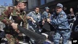Российская полиция задерживает участников акции протеста у здания Госдумы РФ 5 июня 2012 года.
