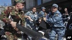 Cảnh sát Nga bắt giữ người biểu tình bên ngoài tòa nhà quốc hội ở Moscow, Nga, 5/6/2012
