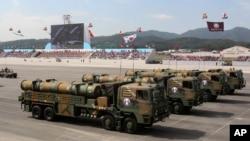 Misil jelajah buatan dengan jangkauan 1.000 kilometer, dipamerkan untuk pertama kalinya dalam parade militer memperingati Hari Angkatan Bersenjata ke-65 Korea Selatan di sebuah bandara militer di Seongnam, Korea Selatan (1/10).
